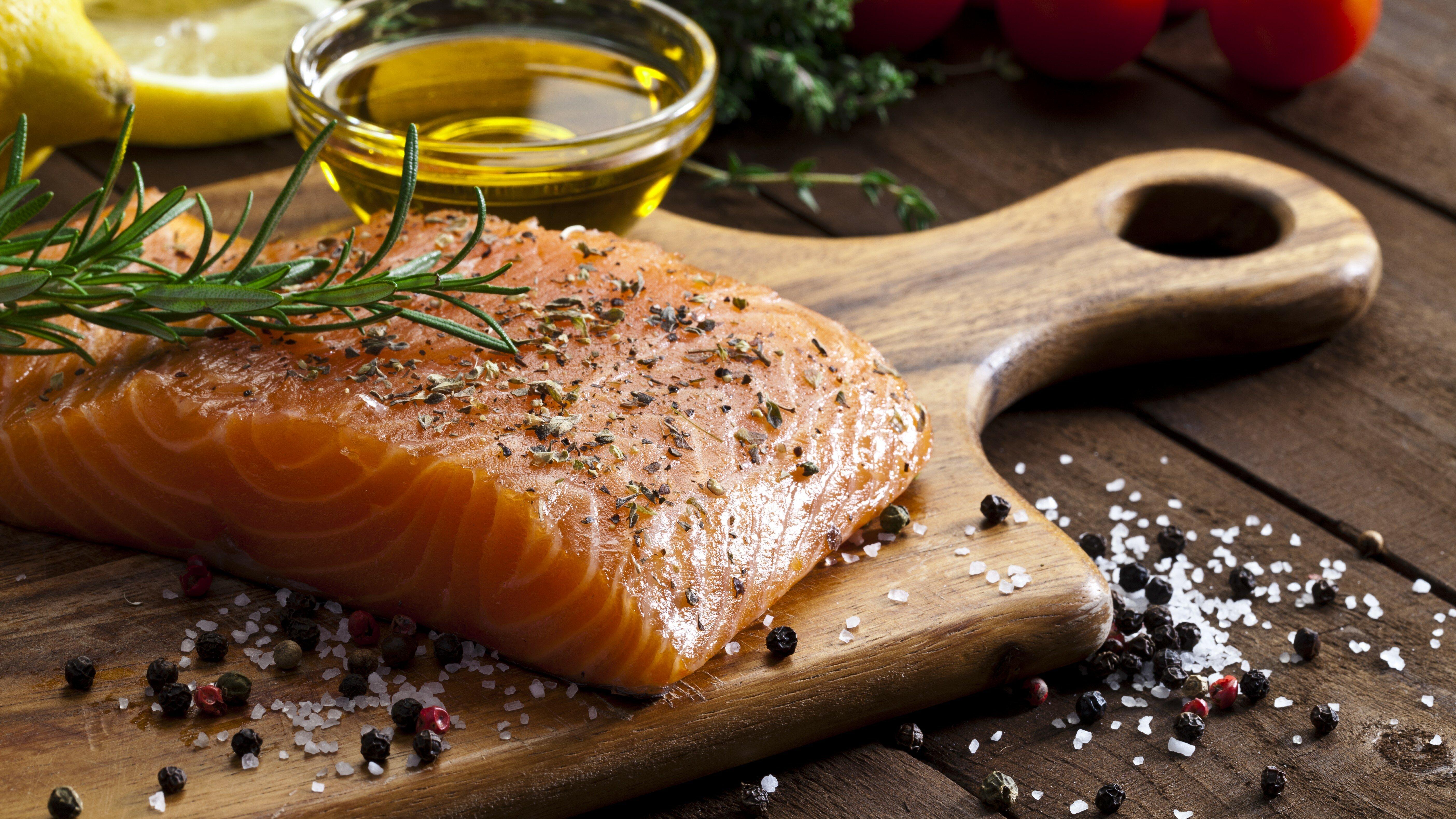 6 fa ons simples de cuisiner le saumon men 39 s fitness - Cuisiner darne de saumon ...